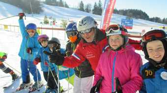 Kinder beim Skikurs im Winter in Nesselwang